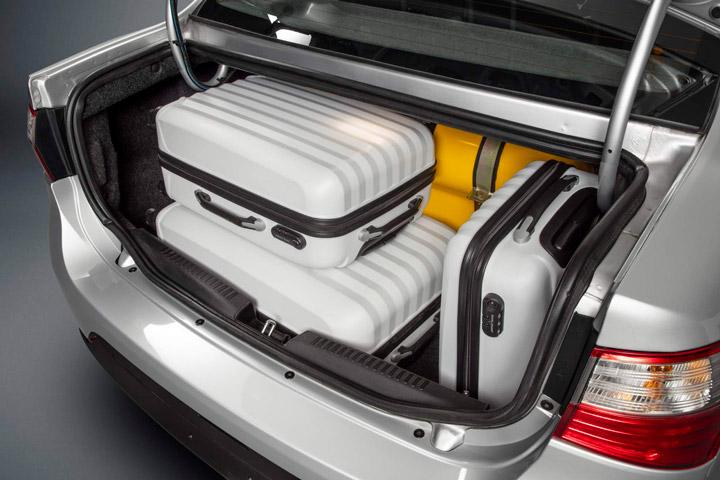 Porta-malas de Grand Siena da Fiato com cilindros de GNV e malas de viagem