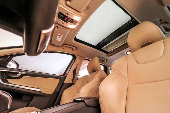 Vista de interior de carro destacando estofamento dos bancos e teto solar