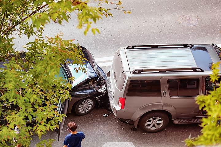 Visão superior de colisão entre 2 carros com dianteira e traseira danificadas