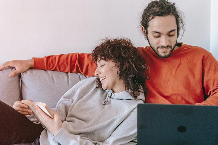 Casal relaxando em sofá e agendando test drive em casa no site da Carupi