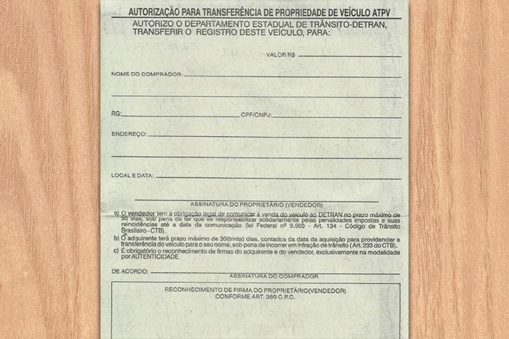 Documento de carro em branco sobre mesa de madeira