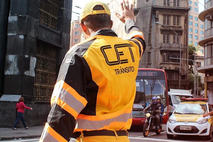 Agente da CET de São Paulo uniformizado organizado tráfego em cruzamento da cidade