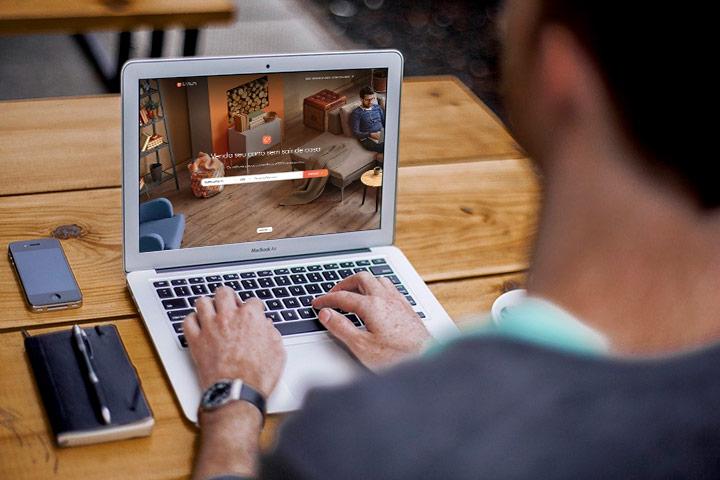 Homem acessando website da CARUPI em laptop para vender seu carro usado