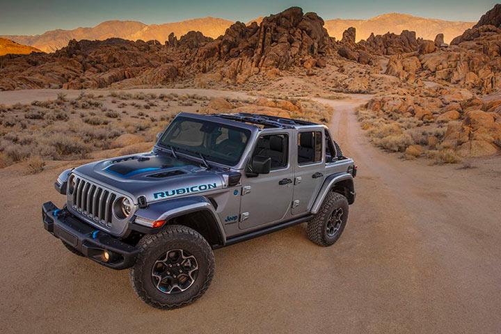 Jeep Wrangler Rubicon 4xe elétrico em estrada de terra no deserto de Mojave