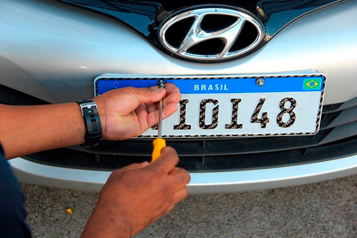 Hyundai HB20 sendo emplacado com nova placa Mercosul