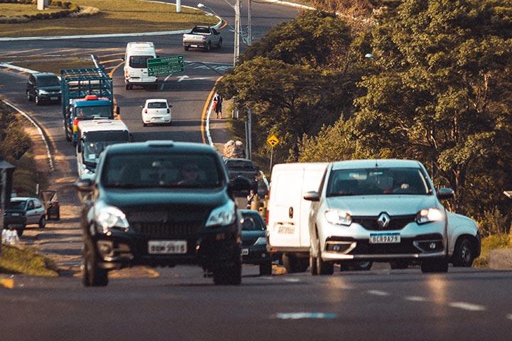 Rodovia brasileira com carros emplacados em padrão antigo e com a nova placa Mercosul