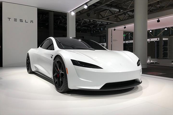 Tesla Roadster branco em exibição em concessionária da Tesla