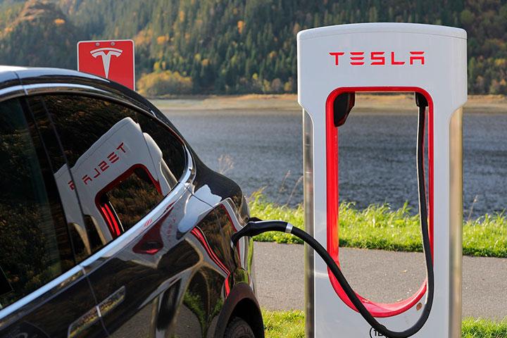 Carro Tesla carregando sua bateria em estação de carga Supercharger
