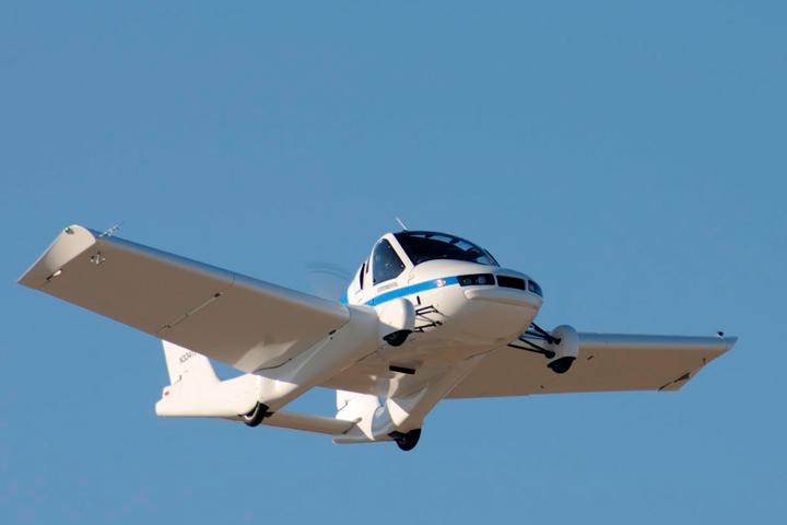 Carro voador da Terrafugia voando com céu azul ao fundo