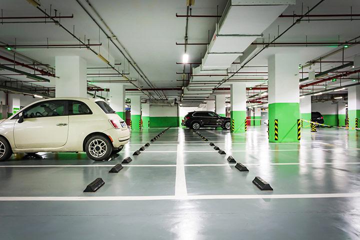 Estacionamento de shopping center vazio com Fiat 500 estacionado em vaga