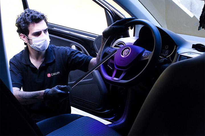 Colaborador Carupi higienizando carro após test-drive