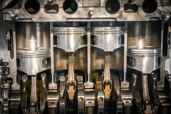 Pistões ligados ao virabrequim dentro da caixa do motor mostrando seu funcionamento