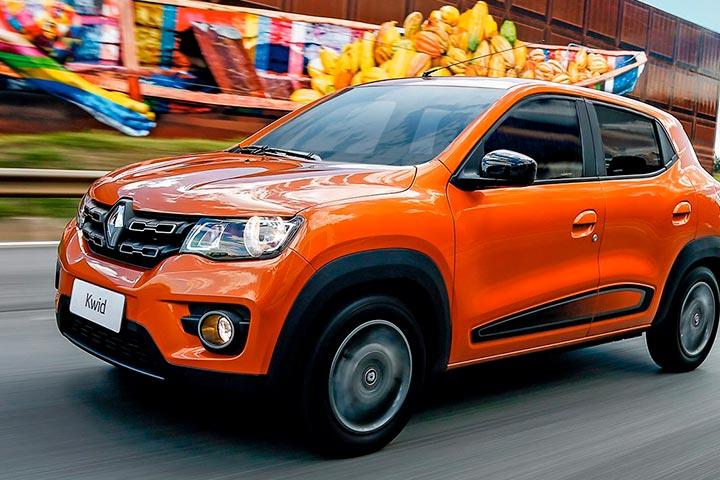 Renault Kwid em cor laranja trafegando em alta velocidade por avenida urbana