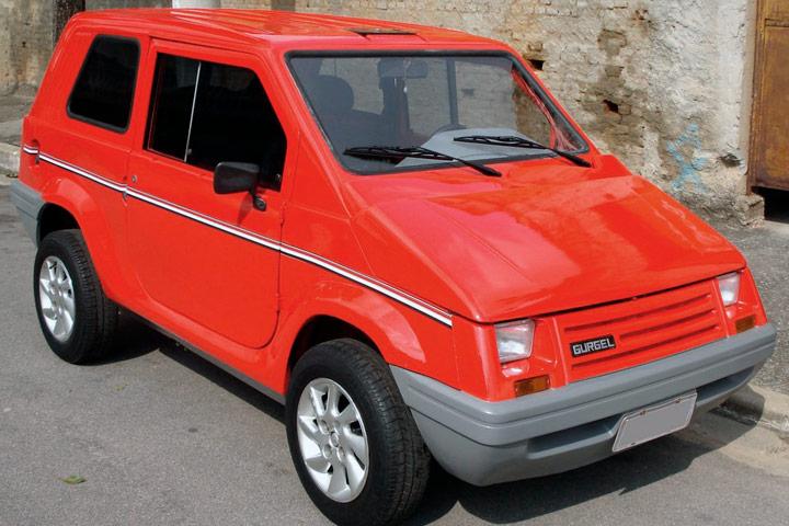 Gurgel BR800 vermelho estacionado em rua com muros de casas ao fundo