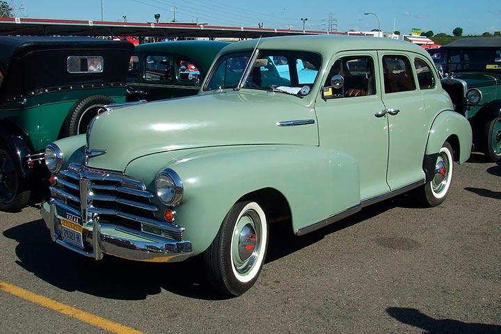 Chevrolet Fleetmaster cor verde água estacionado em pátio de exposição de carros antigos