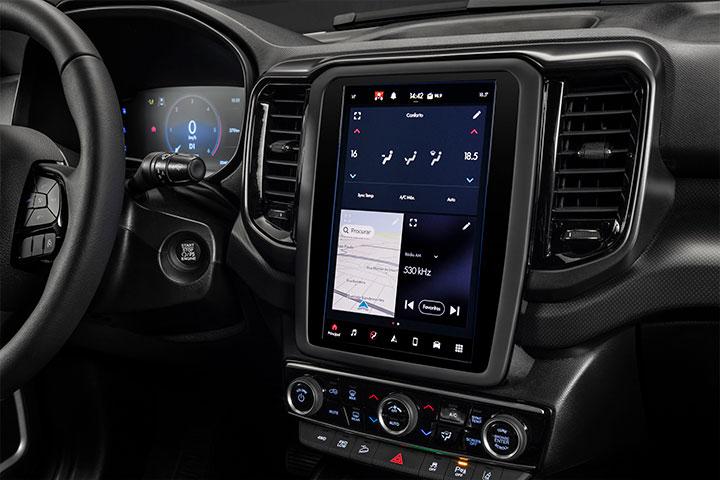 Console da Fiat Toro mostrando tela multimídia de 10 polegadas