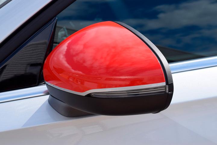Espelho retrovisor de carro customizado em vermelho com envelopamento automotivo