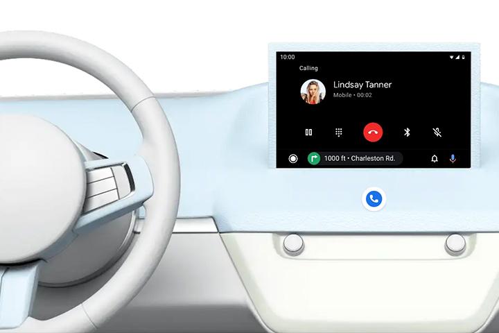 Console de carro mostrando tela multimídia com sistema Android Auto em funcionamento