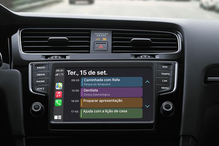 Console de carro em destaque mostrando central multimídia com Apple CarPlay funcionando