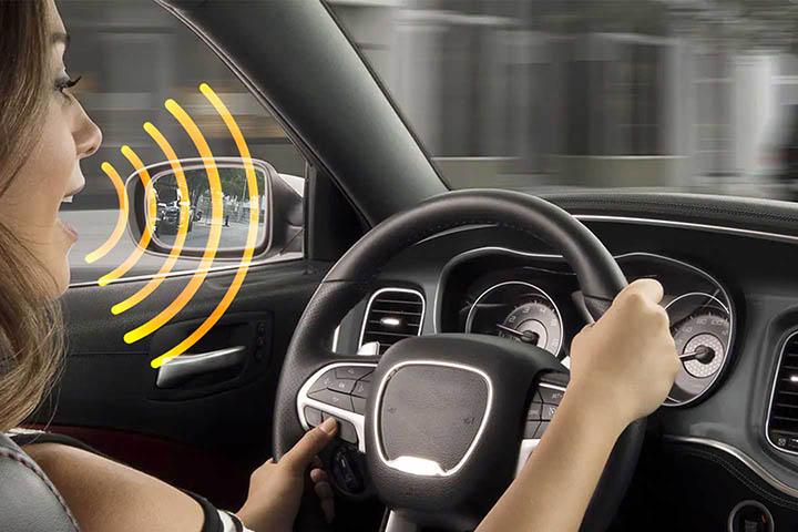 Mulher dirigindo e dizendo comando de voz para assistente virtual em carro inteligente
