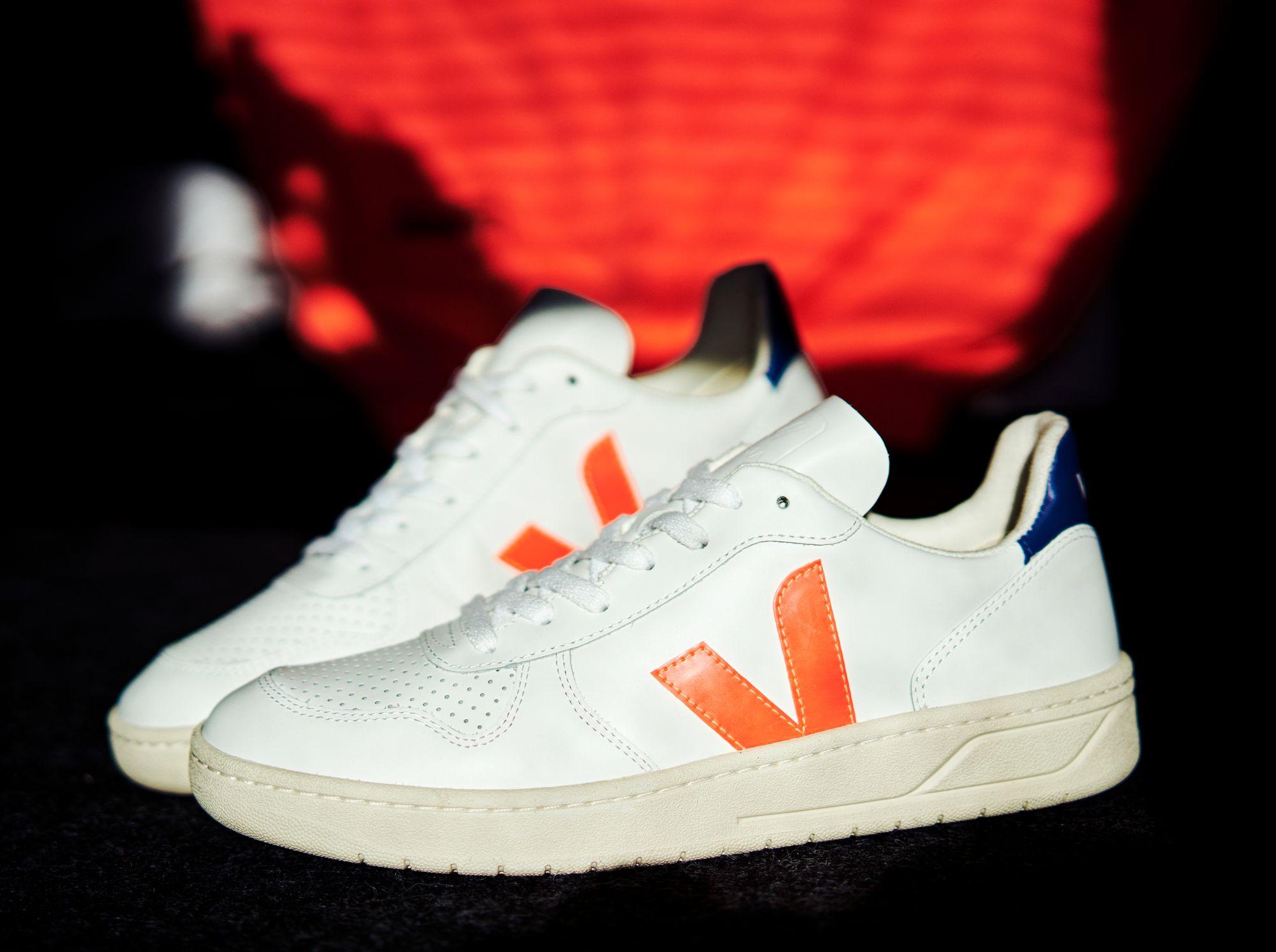 Der Veja V-10 Leather in weiß neon-orange dunkelblau