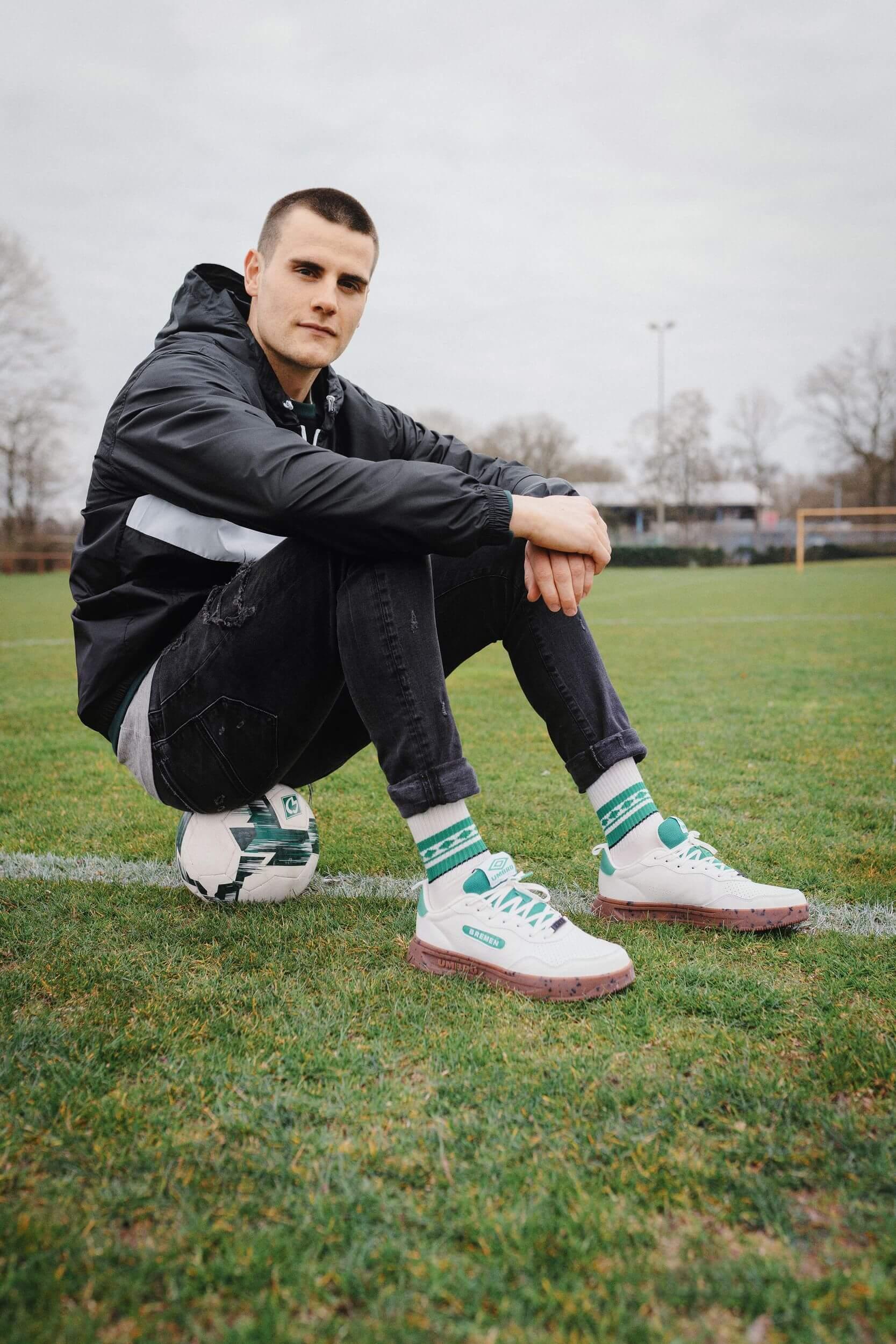 Werder Bremen's Keeper Michael Zetterer mit dem Glückstreter, Umbro, Werder Bremen Highway WB Sneaker