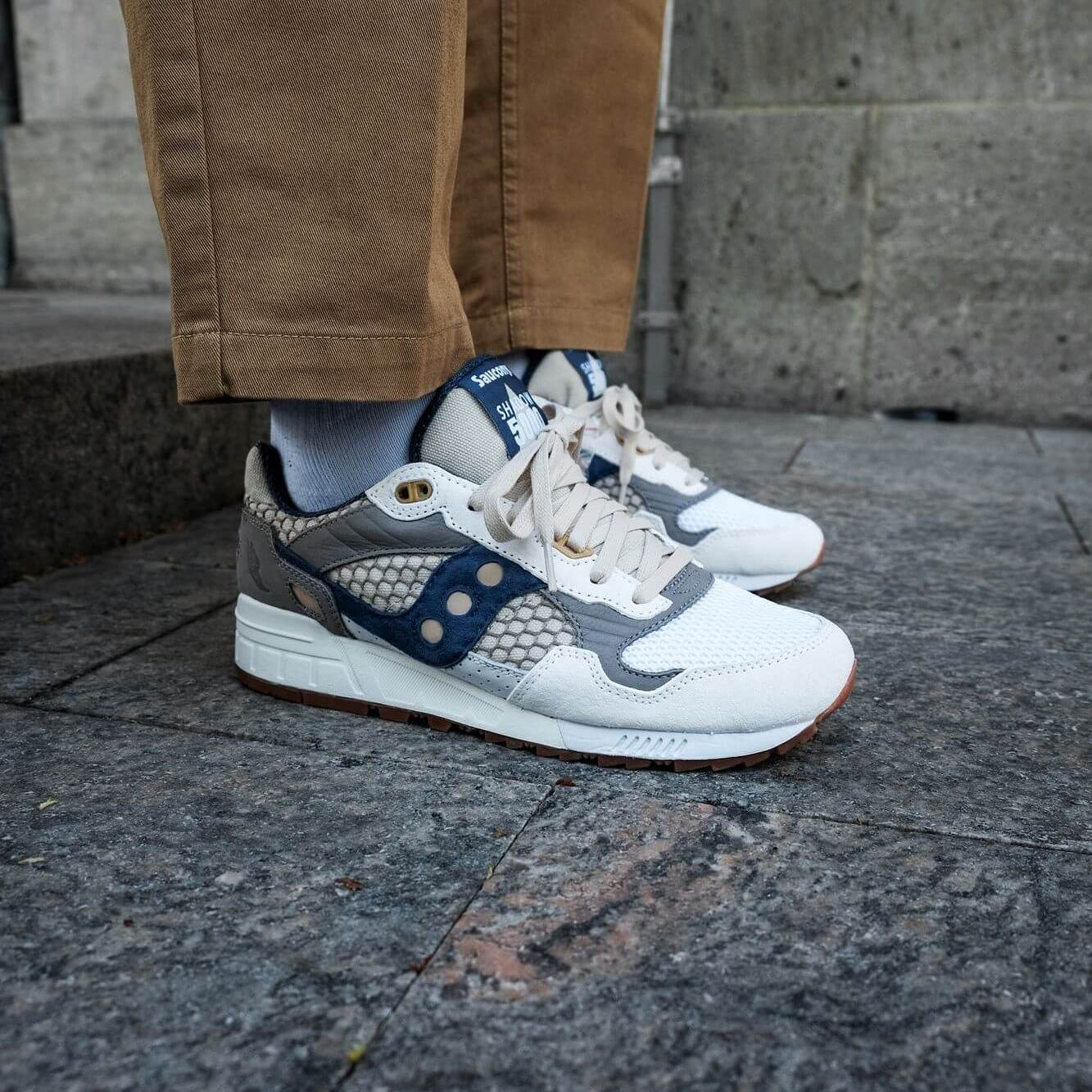 on feet photo of the Saucony - Shadow 5000 - white/navy/grey - S70553-1