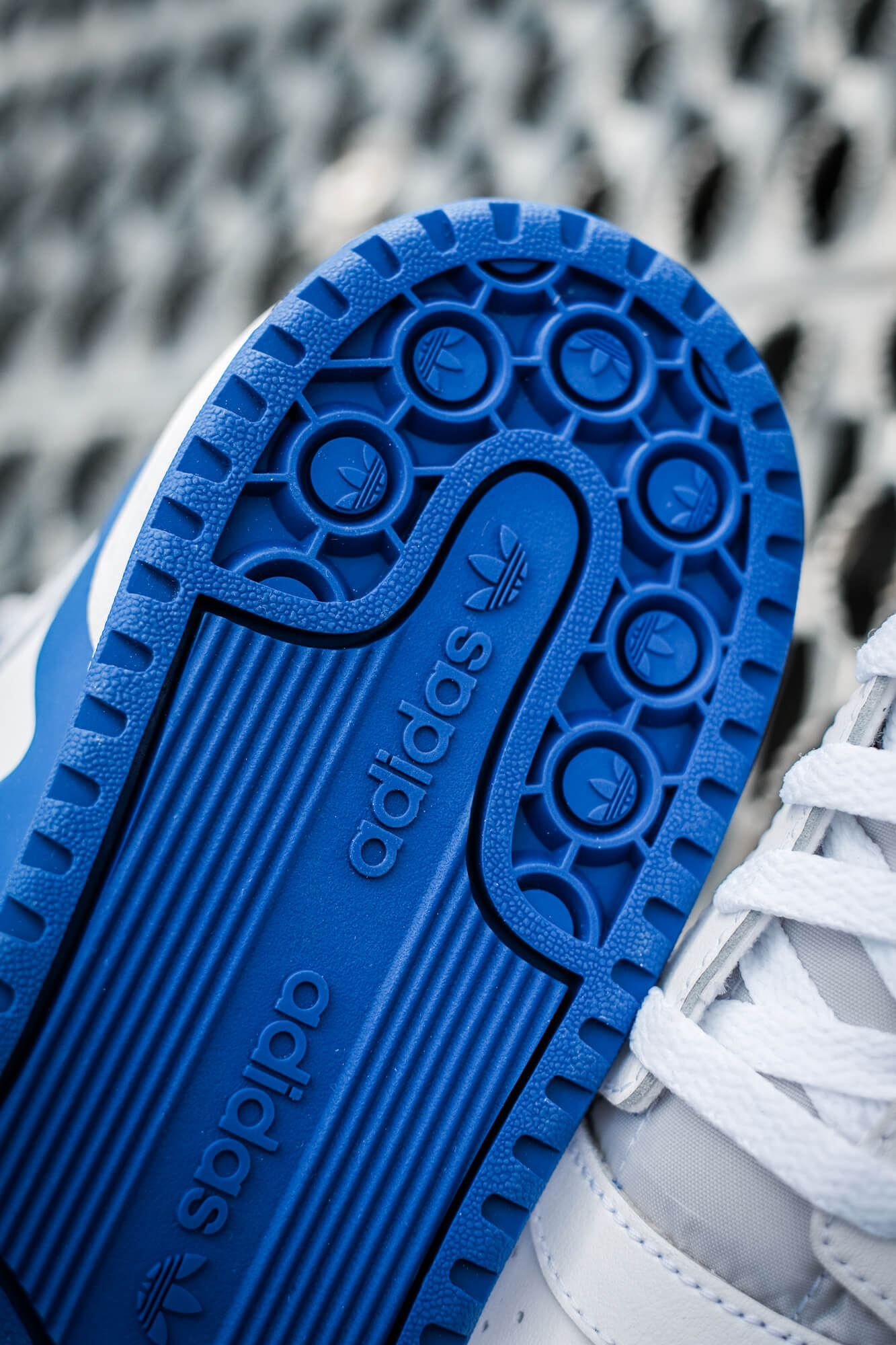 detail photo of the adidas Forum Mid - cloud white/royal blue/cloud white - FY4976