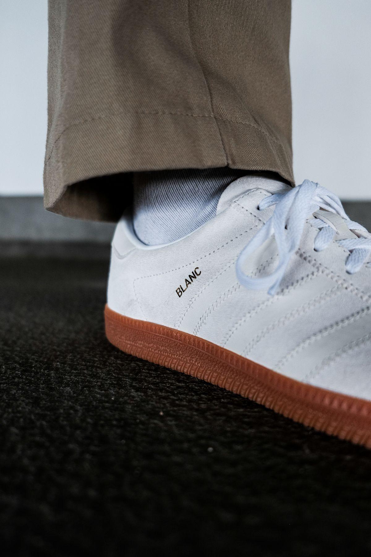 on feet photo of the adidas Originals - Blanc - cloud white/off white/gold metallic - H01800