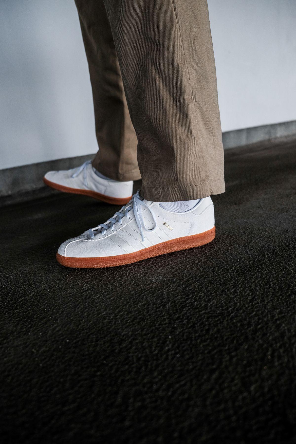 on feet photo adidas Originals - Blanc - cloud white/off white/gold metallic - H01800