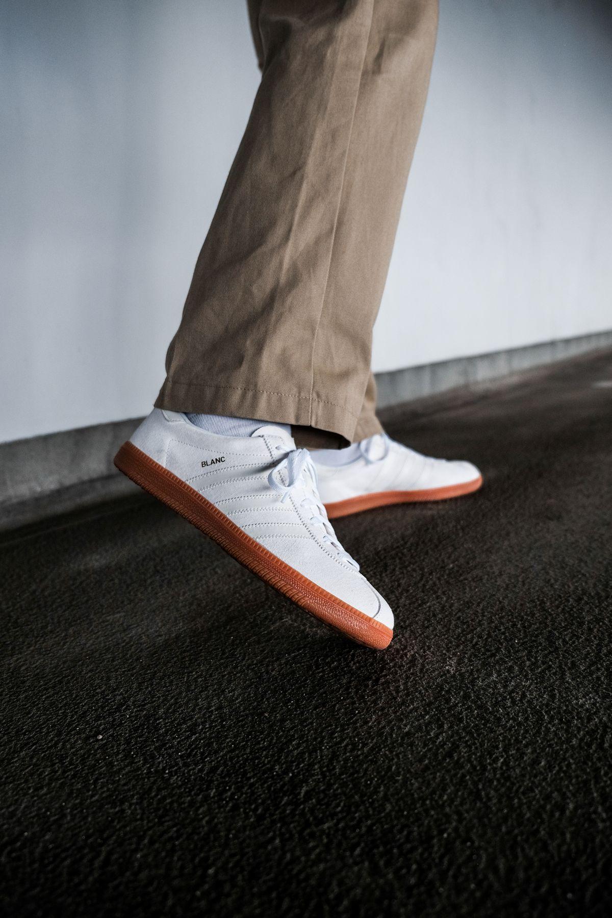 on feet photo - adidas Originals - Blanc - cloud white/off white/gold metallic - H01800