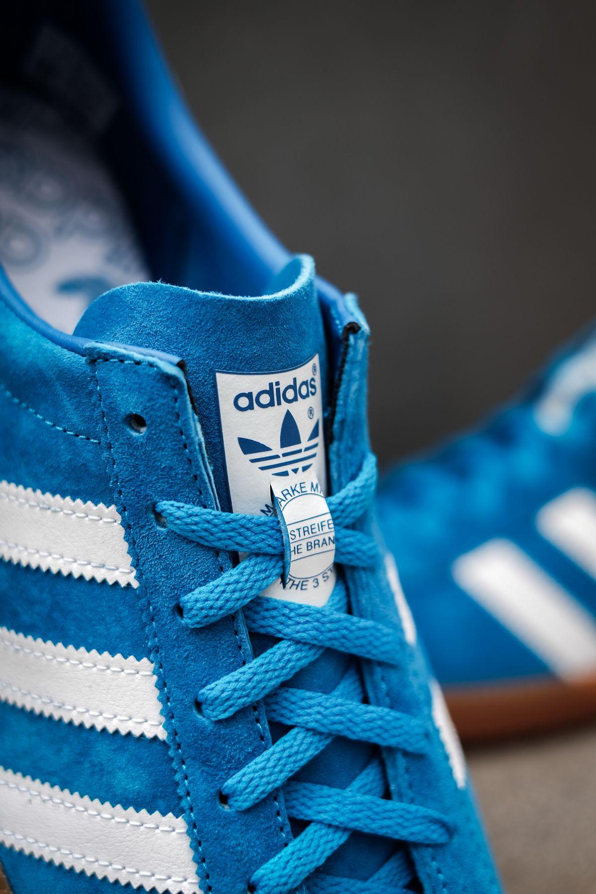close up tongue tag - adidas Originals - Bleu - bright blue/cloud white/gold metallic - H01798