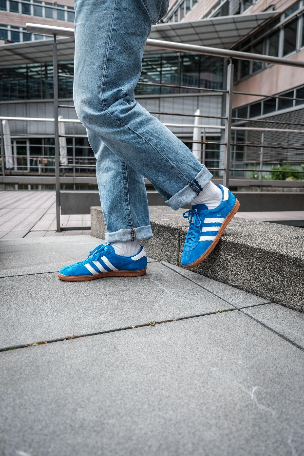on feet - adidas Originals - Bleu - bright blue/cloud white/gold metallic - H01798