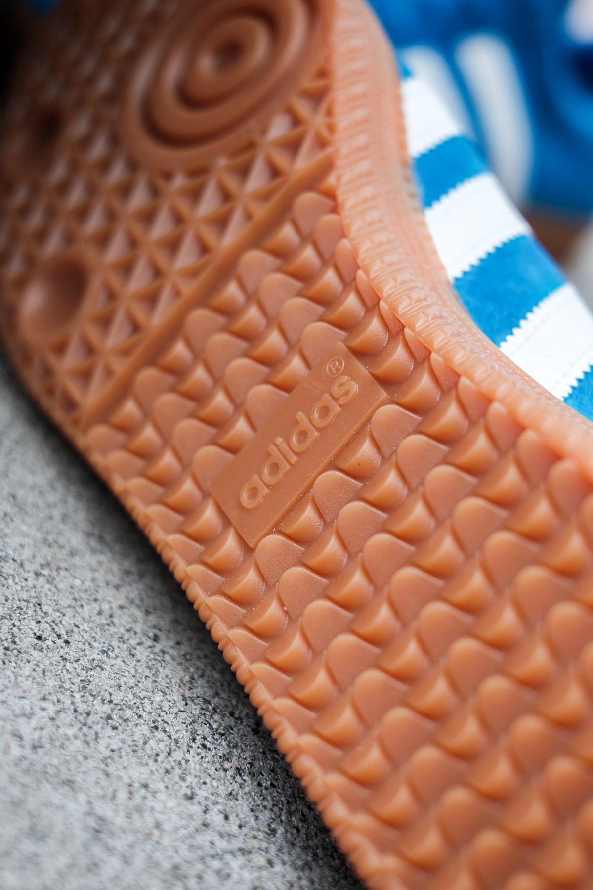 close up gum sole - adidas Originals - Bleu - bright blue/cloud white/gold metallic - H01798