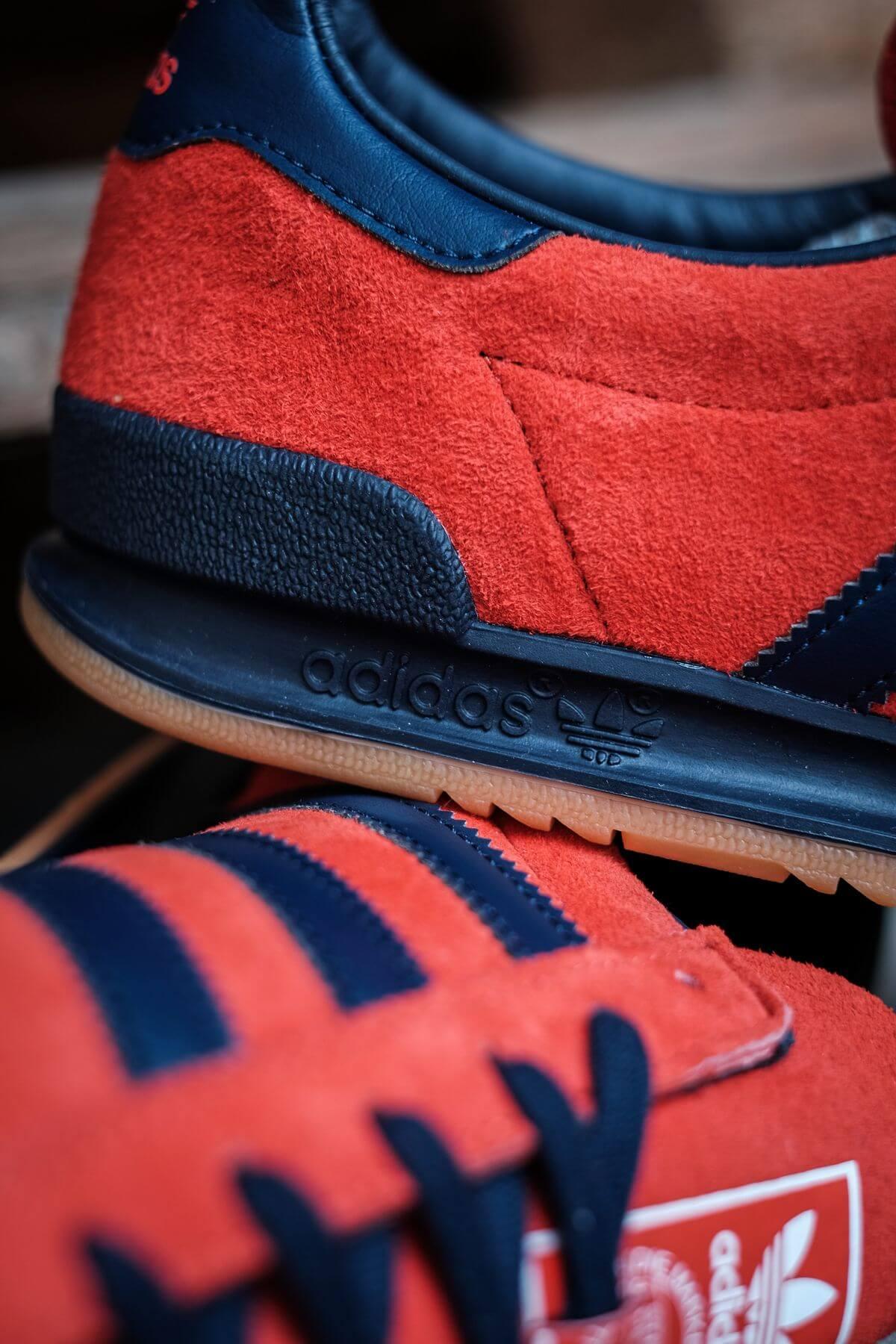 heel details of the adidas Originals - Jeans - red/collegiate navy/gold metallic - GX7649