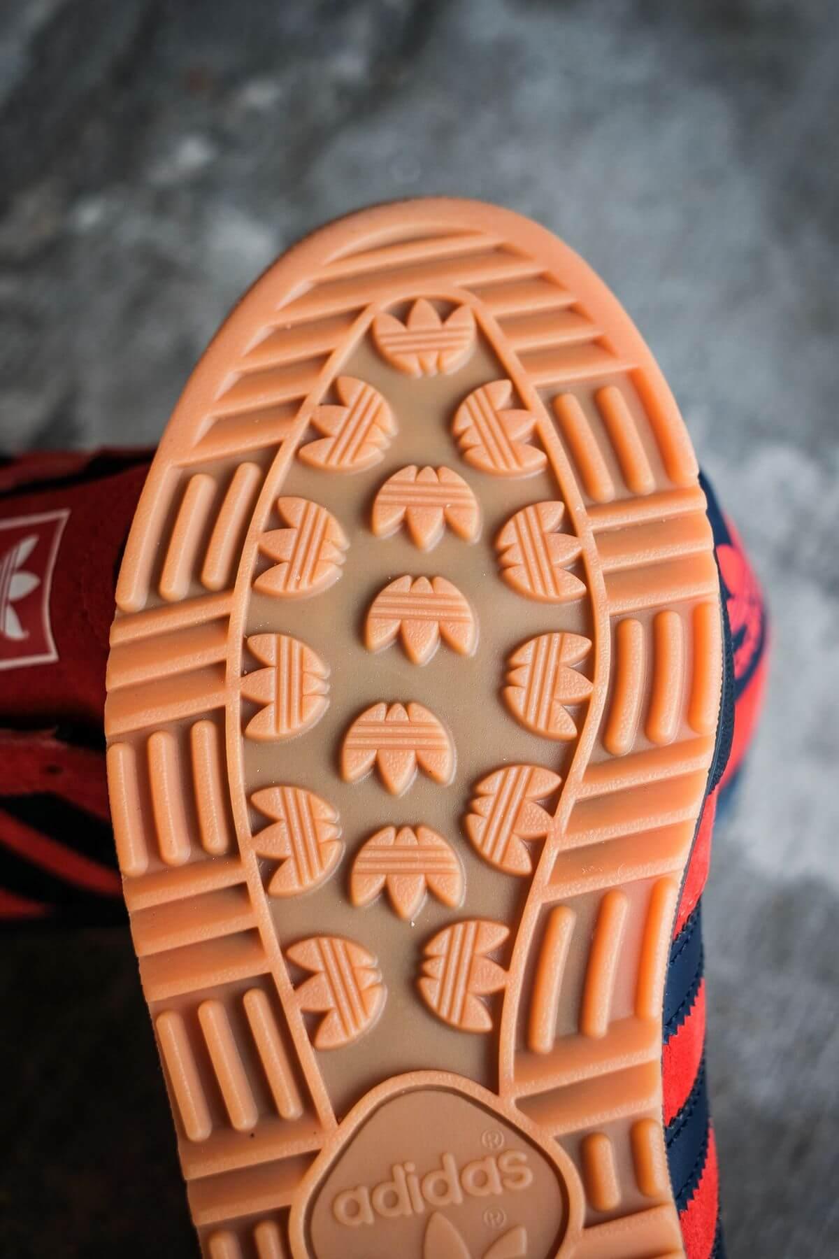 gum outsole details - adidas Originals - Jeans - red/collegiate navy/gold metallic - GX7649