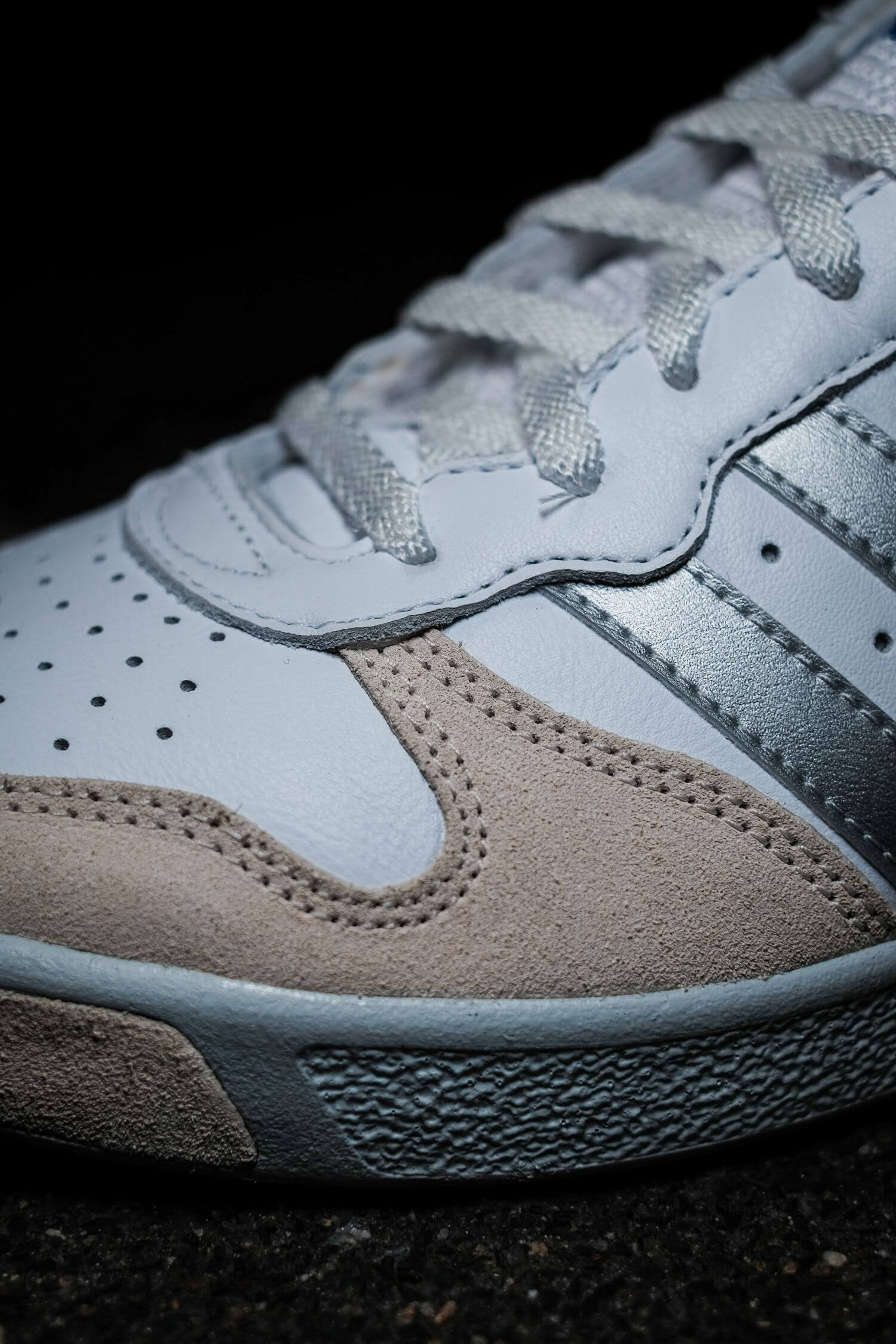 toe box details - adidas - G.S. - cloud white/silver metallic/wonder white- H01818