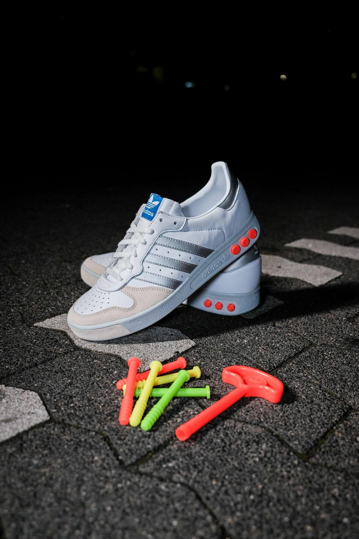 adidas - G.S. - cloud white/silver metallic/wonder white- H01818 mit neonfarbenen Bolzen und Bolzenwerkzeug