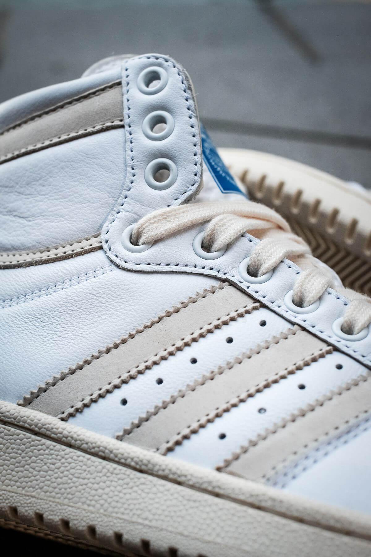 """adidas, drei streifen auf dem adidas - Top Ten - """"Home Of Classics""""- footwear white/chalk white/blue birch - GZ8941"""