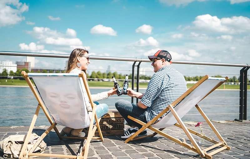 Picknick am Rhein im Rheinauhafen Köln