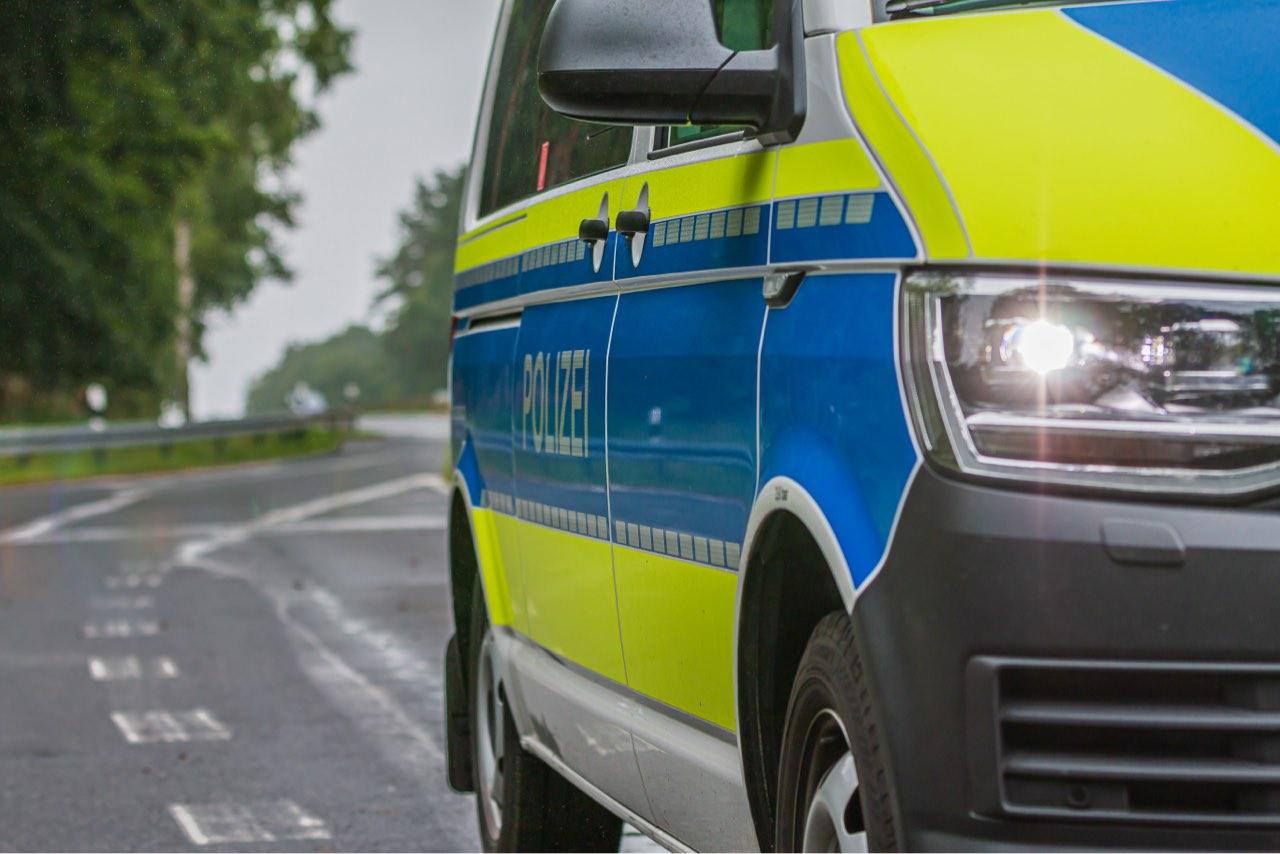 Verkehrsstrafrecht: Polizei hält einen Autofahrer an