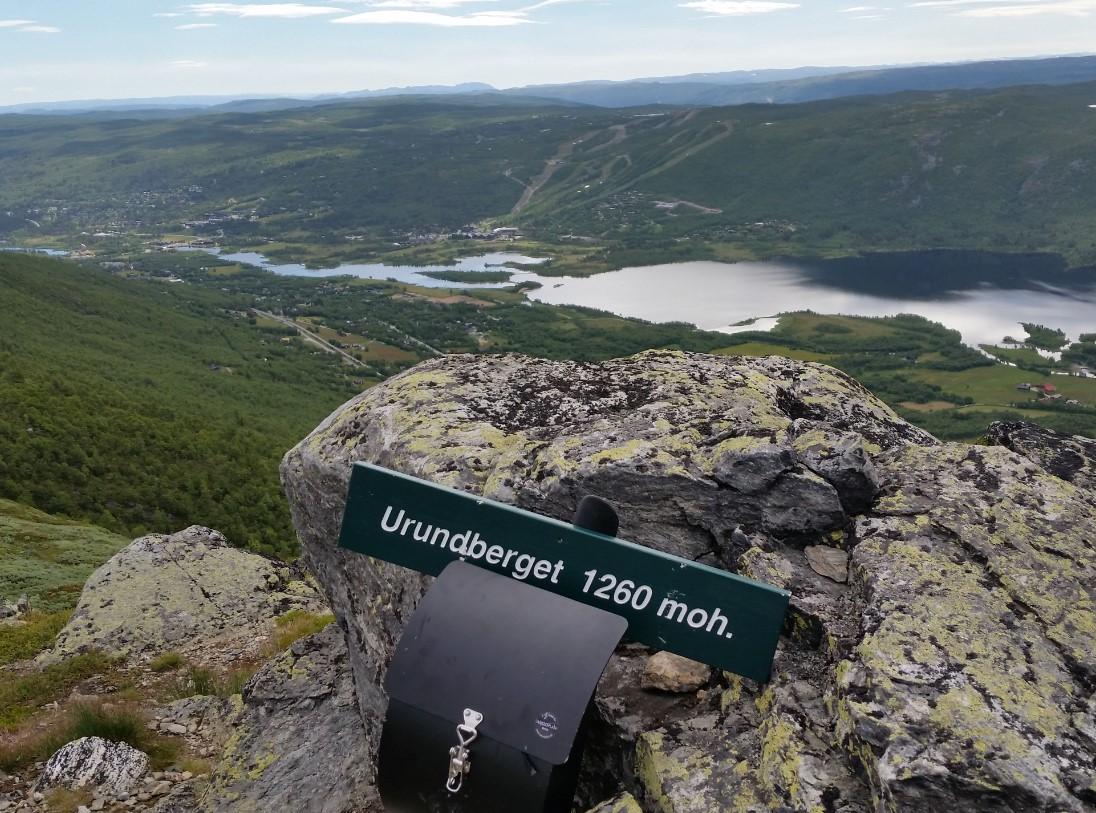 Bilde av turist skilt og utsikt fra Urundberget.