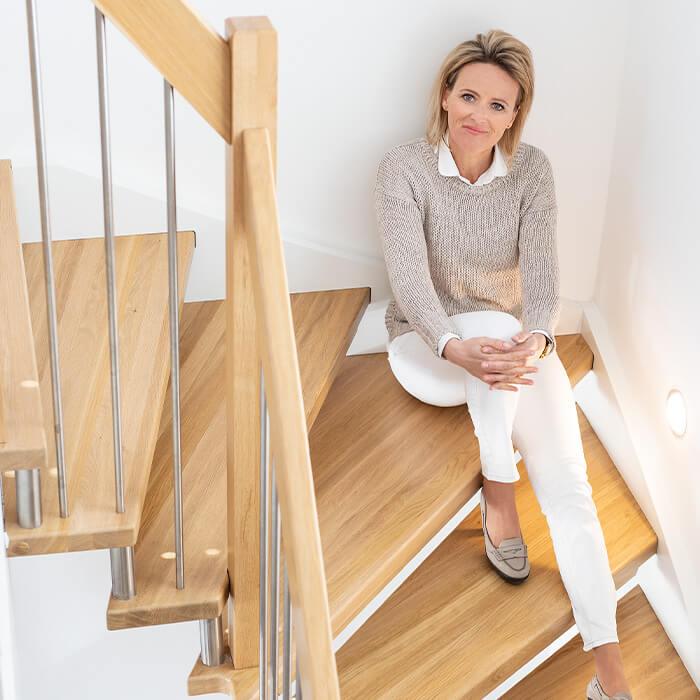 Alexandra Meissnitzer sitzt auf Treppe