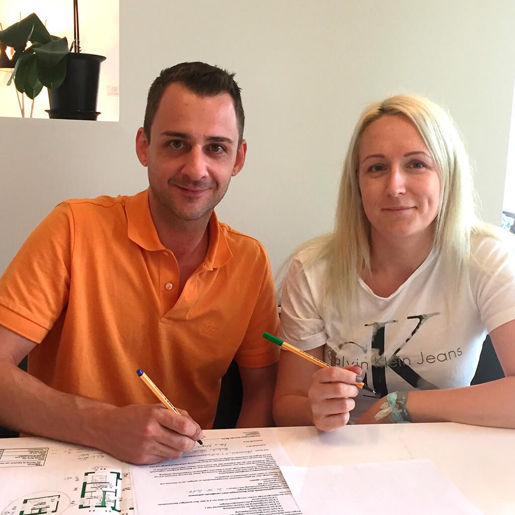 SCALA Kunden bei der Unterzeichnung ihres Vertrages
