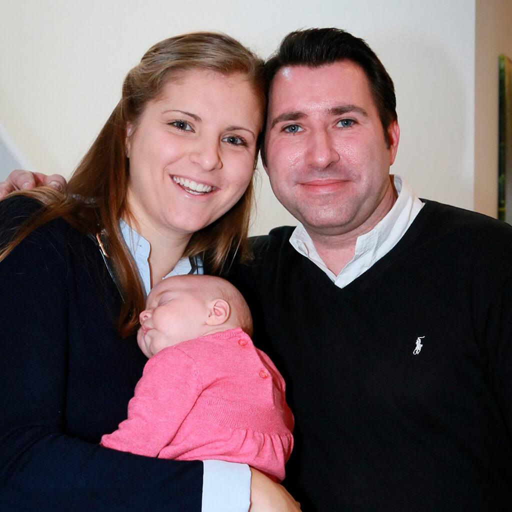 Glückliche Familie in ihrem neuen SCALA Haus