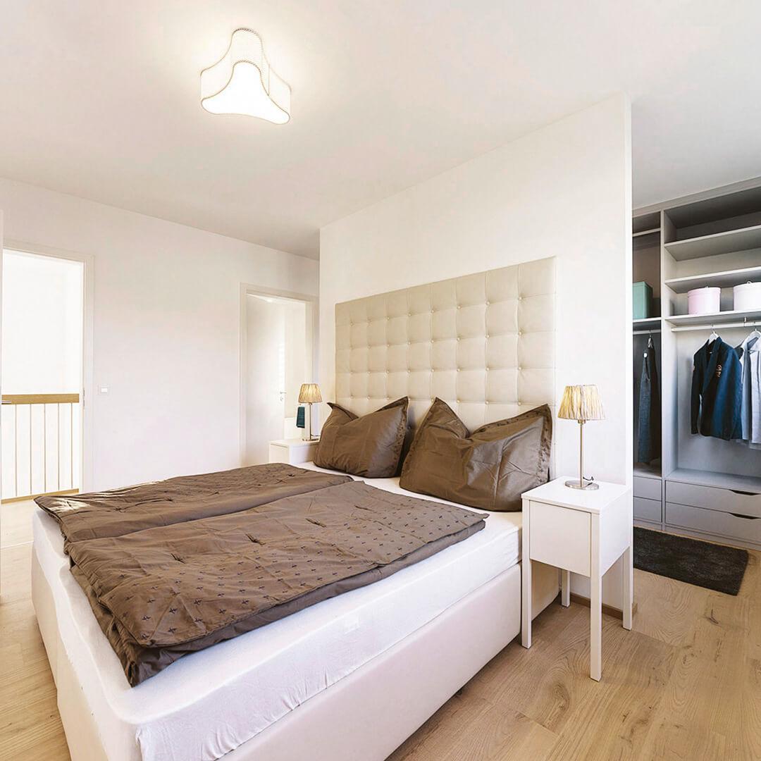 Gediegenes Schlafzimmer mit begehbarem Kleiderschrank