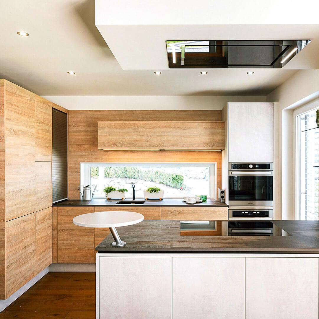 Elegante Küche mit großen Ablage- und Arbeitsflächen