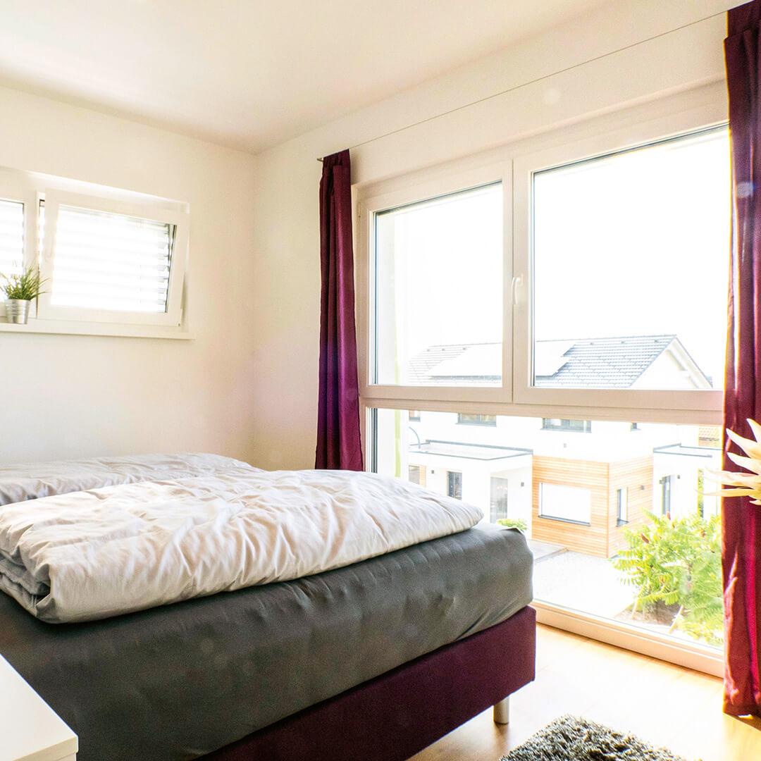 Helle Schlafzimmer mit viel natürlichem Licht