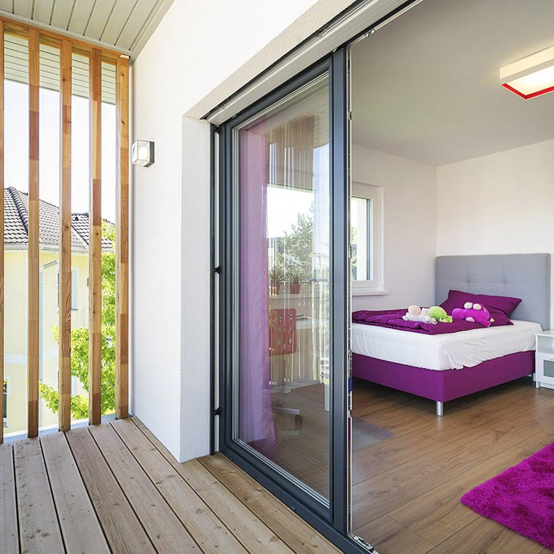 Viel Licht auch in den Schlafzimmern durch große Fensterflächen