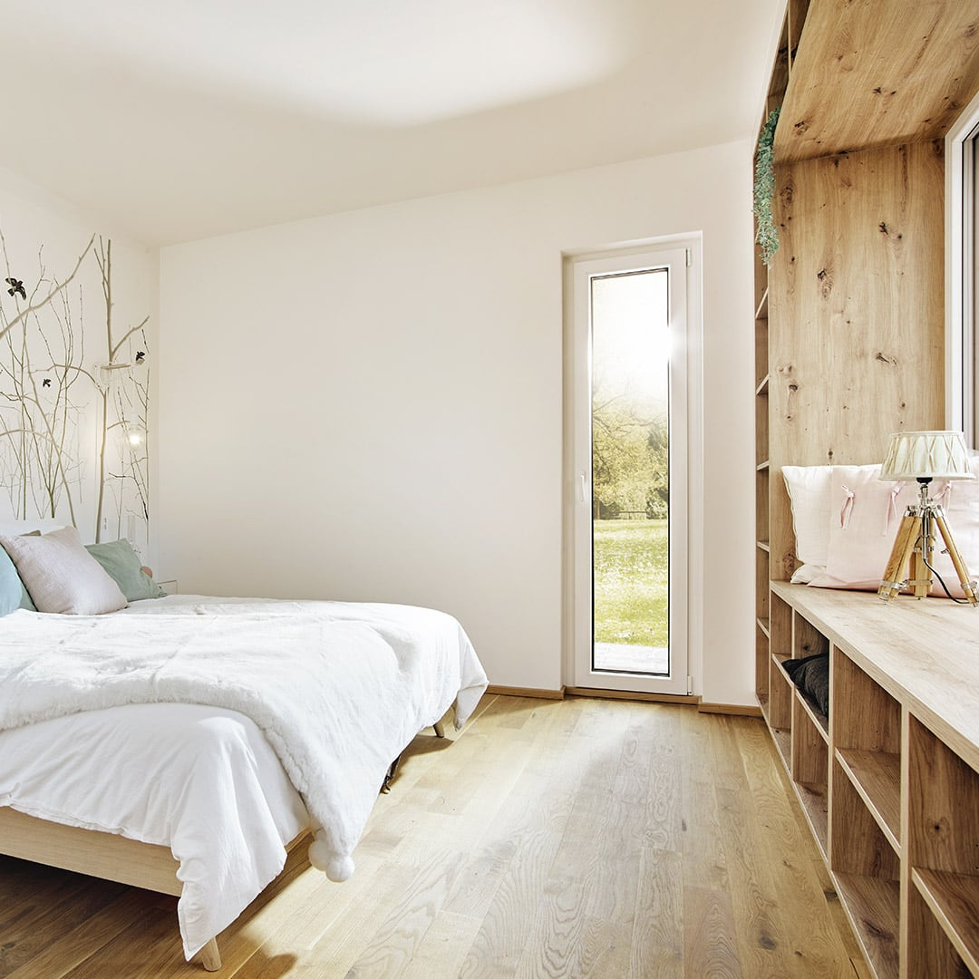 Helles Schlafzimmer mit Lesenische am Fenster